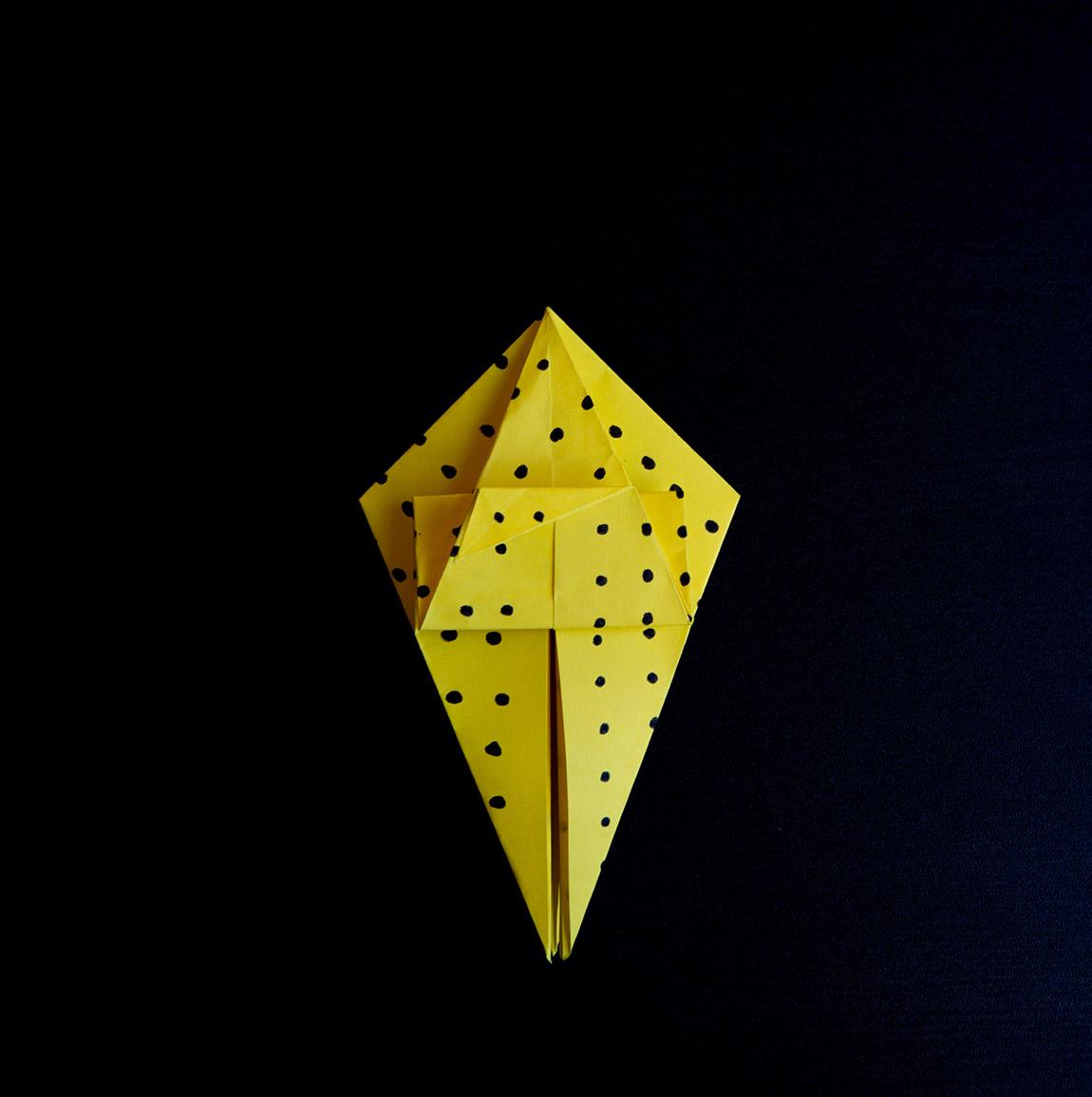 Défais les deux derniers plis et recommence de l'autre côté du triangle