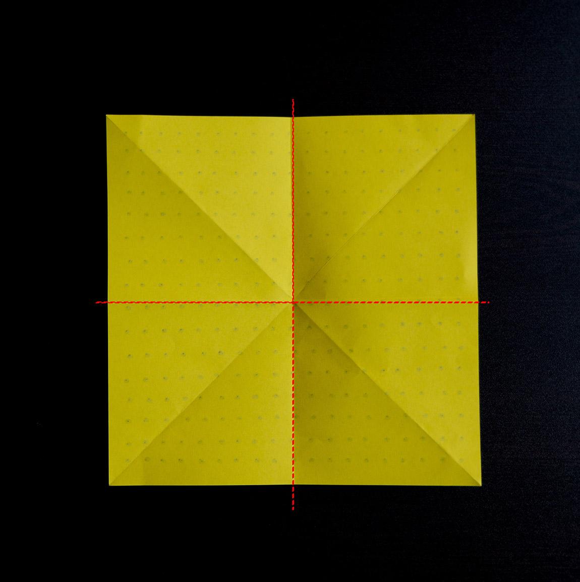 Retourne la feuille et plie la en deux dans le sens de la hauteur et dans celui de la largeur