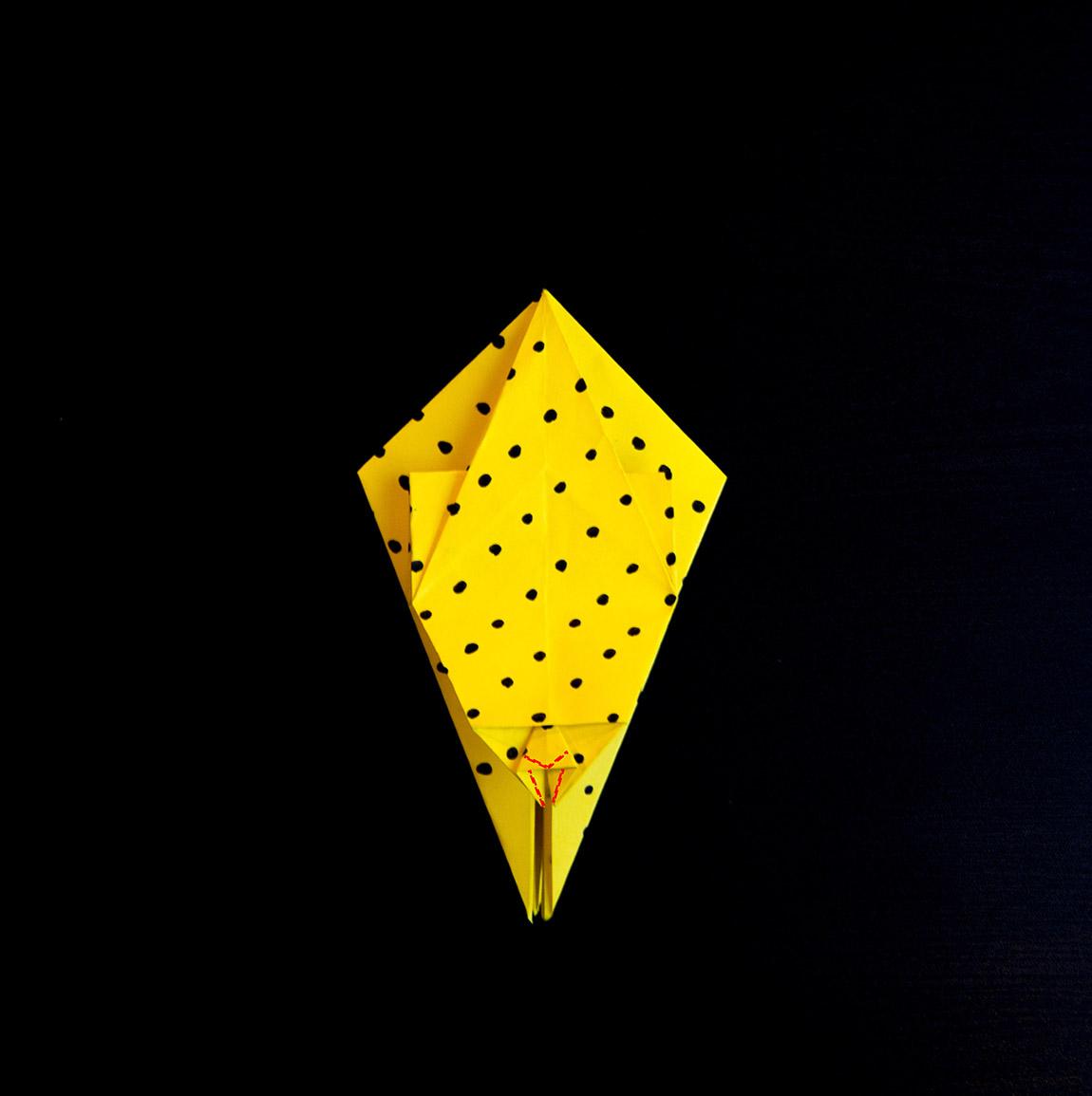 Plie le long de la diagonale de sorte à former un triangle