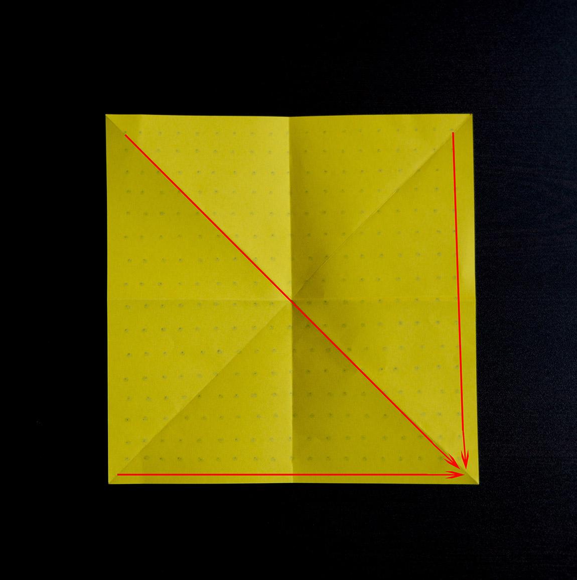 Utilise les plis marqués précédemment pour réunir les coins