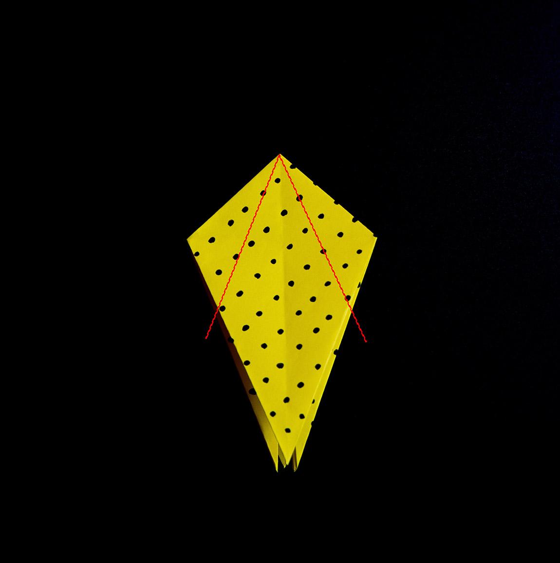 Plie les côtés haut le long de la diagonale